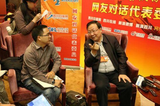 四川省住建厅厅长何健接受采访。马宇摄