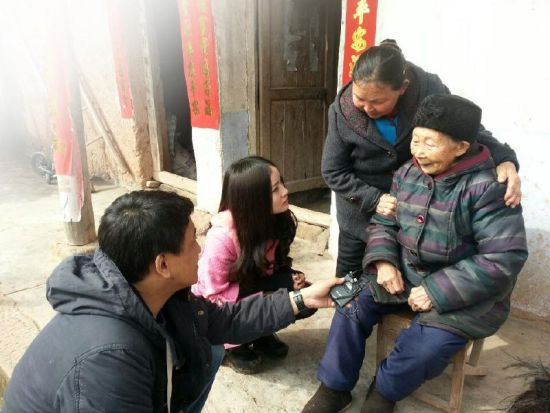 """张府秀老人向记者讲述""""寻亲梦""""。"""