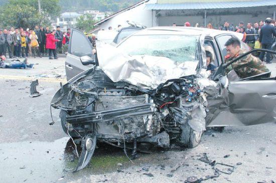 车辆严重受损。