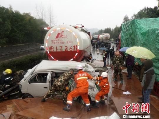 事故现场小车受伤严重,救援人员正在现场营救被困者。 陈勇 摄