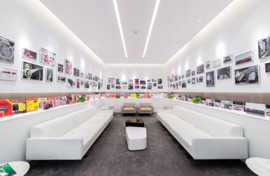 展厅内法拉利展示区延续了品牌的赛道传承,经典和纯正的意大利设计