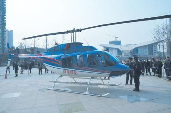 土豪老板私人飞机空降达州引市民围观。