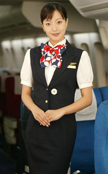 大和抚子》松岛菜菜子,白色衬衫搭配黑色西装,脖子系上花丝巾,显