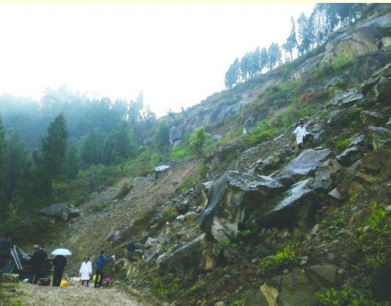 车辆从20米高的悬崖坠下山坡