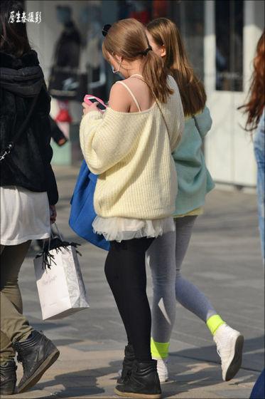 北京天气转暖了之后 街头穿黑丝出行的女孩越发的