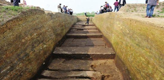 """新确认的""""仓包包城墙""""尚可见一条长400余米的土埂"""