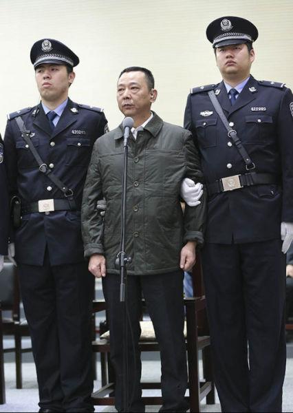 3月31日,咸宁市中级人民法院,刘汉戴助听器受审。