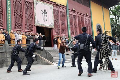 """杭州灵隐寺反恐防暴队员快速""""还击"""""""