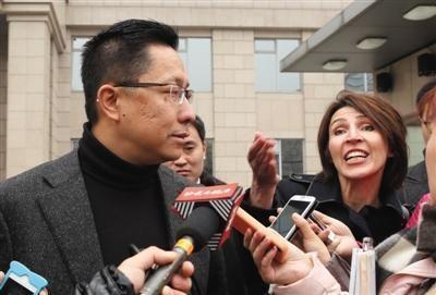 李阳和前妻前段时间在法院外接受媒体采访。