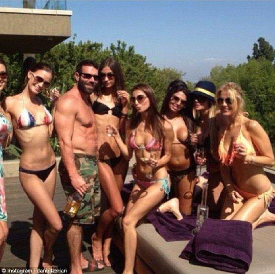 阅读摘要:Dan Bilzerian是一名德州扑克高手和电影演员,曾经依靠扑克大赛获得丰厚奖金,近日,在他的社交网站上晒出了一组奢华的生活照。从照片中不难发现,Dan Bilzerian的生活充斥着美女,美金,豪车,私人飞机,让人惊叹不已。 美国33岁富豪Dan Bilzerian资料:靠赌博起家