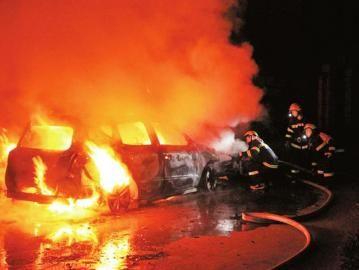 消防人员为燃烧汽车灭火。
