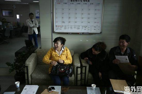 当地时间2014年3月27日,韩国始兴,一名中国游客与考官交流。