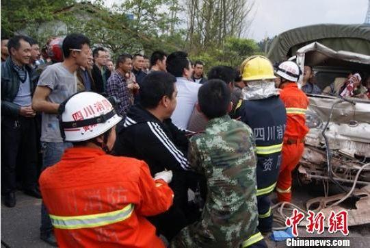 警民齐心协力营救被困者。 亓孝伟 摄