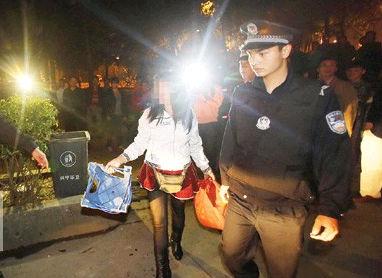 """女子穿超短裙黑丝袜""""擦鞋"""" 疑似涉嫌拉客招嫖遭警方调查"""