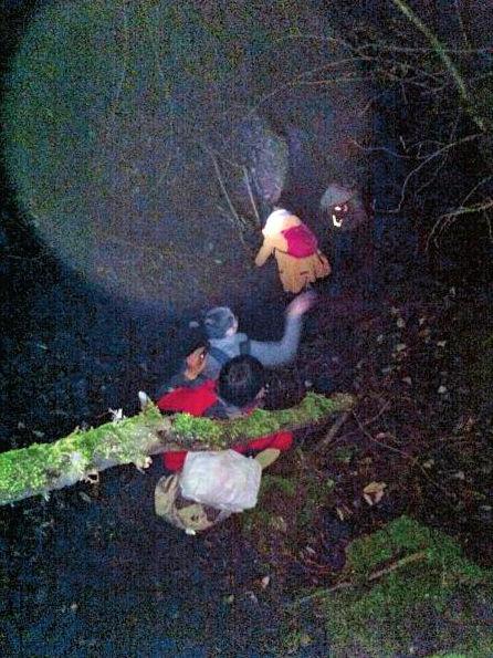 4月6日,搜救人员找到被困人员后一同下山。