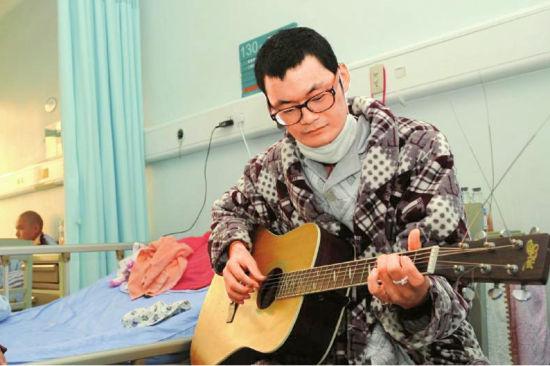 去年11月,在医院接受化疗的小德,也会常常拿起吉他弹唱。