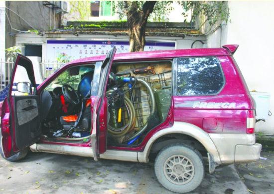 越野车内被改装得面目全非,装上了油桶、切割机、抽水泵等大量工具