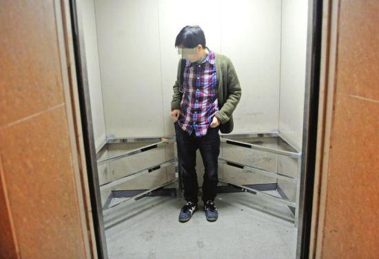 4月7日,成都果堰小区。小区物管为防止电瓶车进电梯,在电梯内加装护栏。