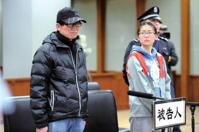 去年12月12日,杨雪鸥和父亲杨松柟出庭受审时,女儿望着父亲,父亲表情沮丧。京华时报记者蒲东峰摄