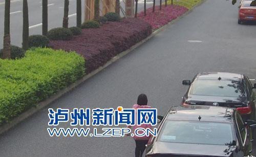 孕妇划伤车子