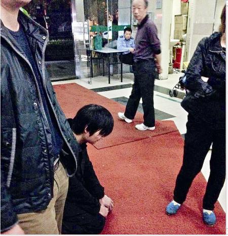 武汉一男子骑车撞伤三岁幼童 急诊室门口跪地20分钟