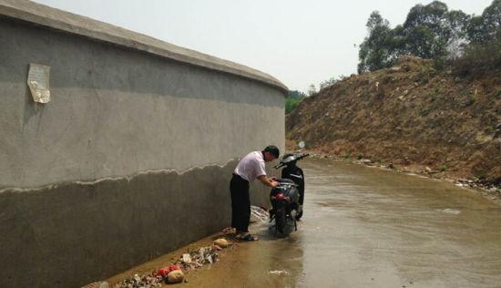 """成都东风渠水""""灌溉""""淹没路面"""