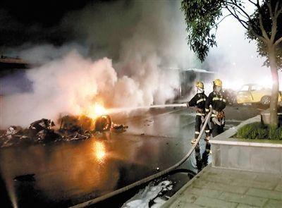 消防官兵正在对起火跑车进行扑救。 通讯员 孙华建 摄