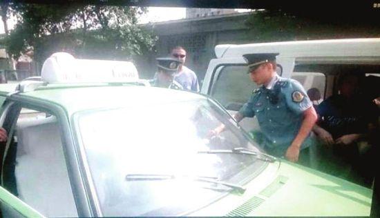 执法人员挡获的非法营运异地出租车。