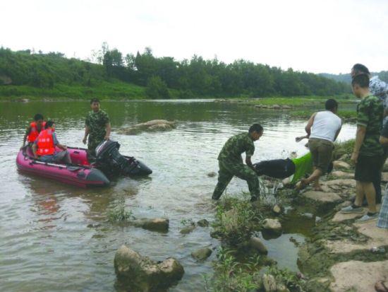 事发河道,投河少年的遗体被打捞上岸