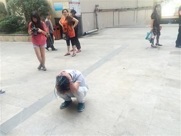 周杰伦反对吃狗肉 怒斥:什么荒谬的节日 女子在公交车站遇男子露阴