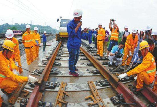 6月29日,成绵乐客运专线最后一截轨道铺通。