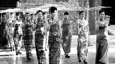10余名女子手撑素油伞