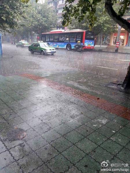 通惠门附近落下大雨(图据@四川气象)