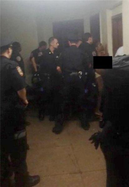 女子近乎全裸被警方压制