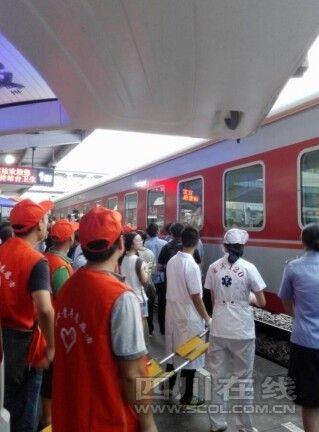 鲁甸地震灾区32名重伤员乘专列顺利转移到宜宾