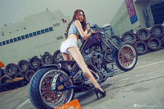 香车美女秀:狂野美女邂逅哈雷机车