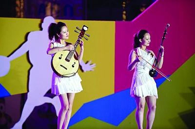 民族乐器让外国小朋友大开眼界.刘浏 摄