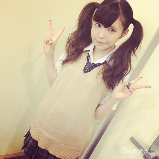 新浪娱乐讯 据日本媒体报道,今年已经28岁的女星益若翼,本月1日在自己的Instagram上,公开了身穿学生校服的可爱自拍照,引起了不小的反响。   益若翼在自己的INS上发布照片的同时如此写道:哈哈哈这下可糟糕了。录节目的时候久违地穿了校服(笑)。照片中的益若翼身着日本女高中生的校服,虽然没有谈细节,不过应该是朝日电视台综艺节目《男女纠察队》要用。   虽说最近益若翼很喜欢发一些双马尾的自拍照,但是此次的校服自拍让人感觉到了彻底的颠覆感。许多粉丝纷纷留言称赞说这真是可爱爆了!;太棒了啊,完全