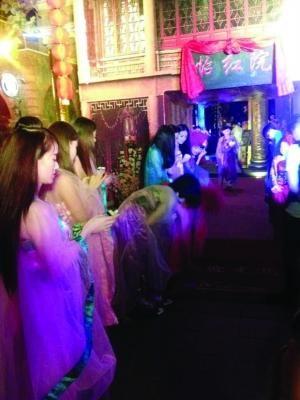 """西津渡景区内的一家酒吧挂起""""怡红院""""招牌 网友供图"""