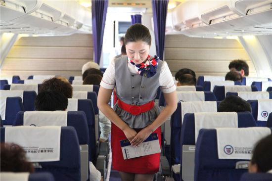 机舱内蓝色的座椅正等待着它的乘客登机