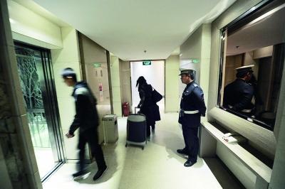 警方彻查女子在酒店遭拖拽案 保安称晚上仅1人值班