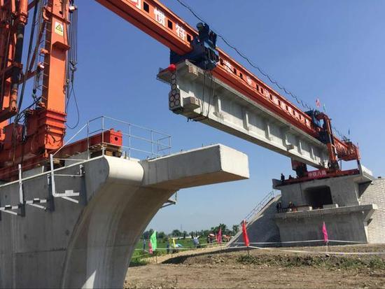成兰铁路首条桥梁铺设 成都4小时到兰州
