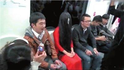 扮鬼女子在座位上一言不发,不时有乘客拍照。网络截图