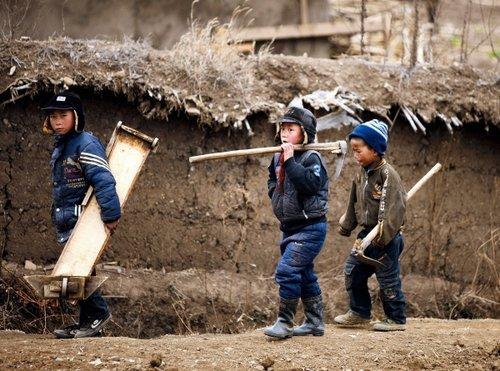 十来岁的孩子就要和祖父母下地干活,青壮年劳力在彝族山村几乎绝迹