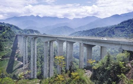4月19日,雅西高速路上有�暄侵薜谝桓叨咋胫�称的腊八斤特大桥横跨群山之间。