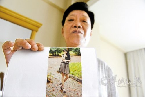 王琳手持女儿生前青春靓丽的照片 羊城晚报记者 艾修煜 摄