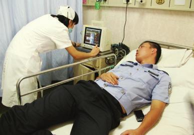 8月1日,民警徐磊在医院接受治疗。