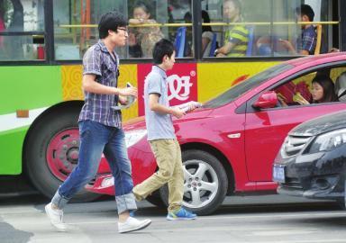 8月5日,成都青羊大道上,车刚刚一停两青年立即上前发传单