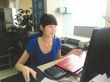 赵函在办公室办公