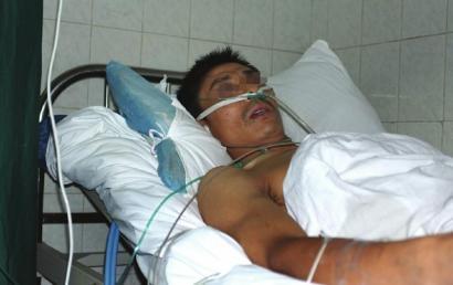 8月30日,崇州市第二人民医院,受伤的郑春银正接受治疗